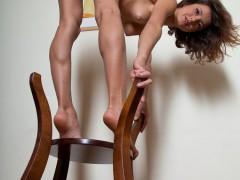 Słodka na krześle