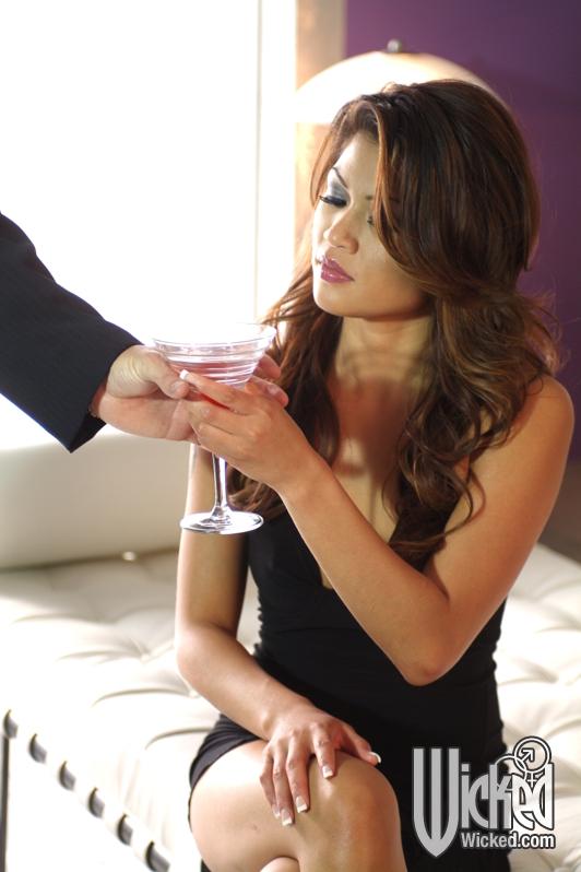 63145 02big - Podał jej seks drinka po którym stała się łatwiejsza