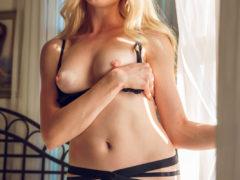 04 1 8 240x180 - Blondi masuje swe piersi