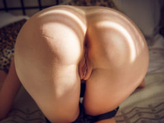 10 70 240x180 - Blondi masuje swe piersi