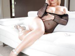 343726 07big 240x180 - Ogromne dupsko blond kocicy
