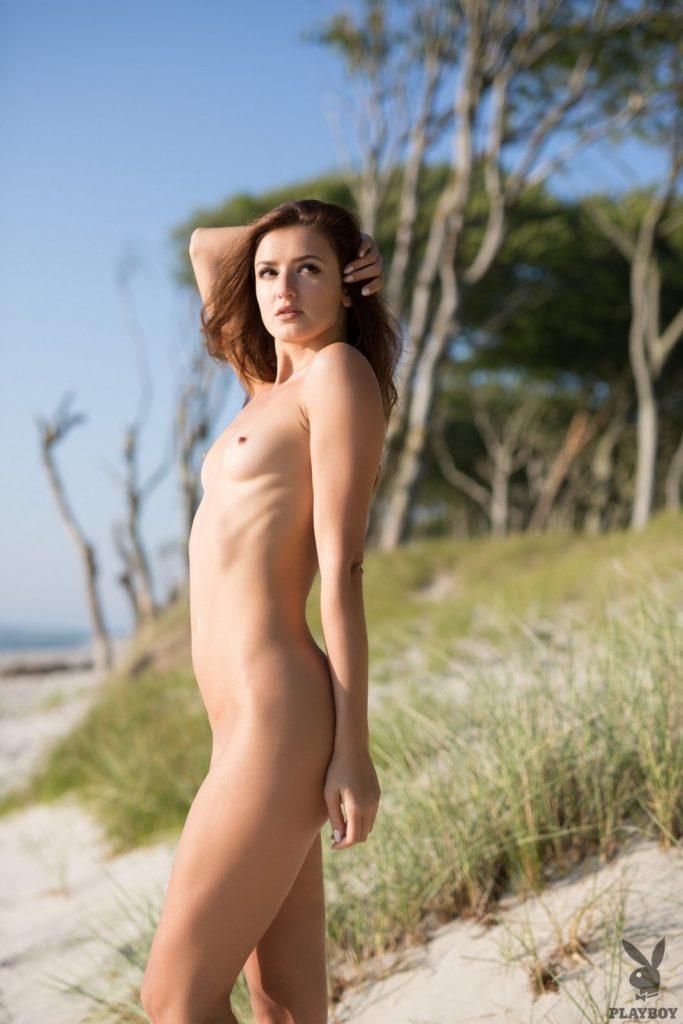 08 10 683x1024 - Piękna pani na plaży