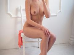 14 4 240x180 - Suczka na krześle