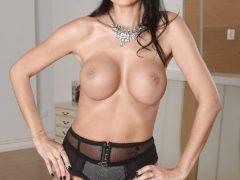 224206 12big 240x180 - Sterczące piersi mamusi