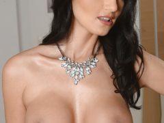 224206 15big 240x180 - Sterczące piersi mamusi