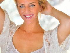 06 70 240x180 - Opalona i uśmiechnięta blondi